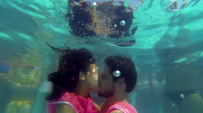 Un bacio sott'acqua (Foto Ansa)