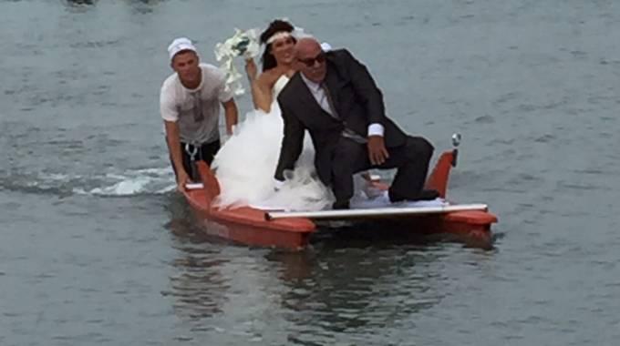 Matrimonio Spiaggia Pesaro : Nozze al mare la sposa arriva in pattino macerata il