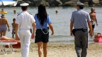 Addio bancarelle abusive sulla spiaggia: c'è una task force che veglia sui turisti