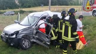 Scontro tra furgone e suv, due feriti: conducente estratto dalle lamiere