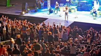 Mannarino infiamma lo Sferisterio: tutti a ballare sotto al palco