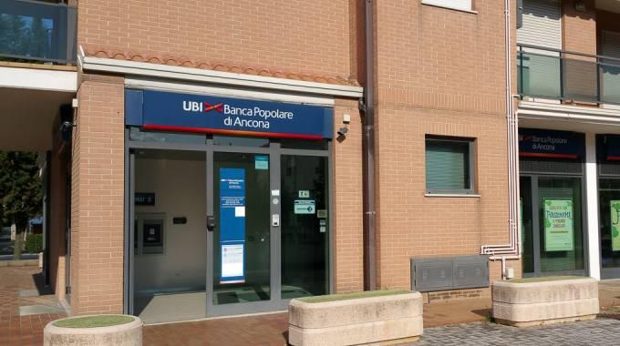 Porto san giorgio terrore in banca rapinatori presi a for Banca in casa