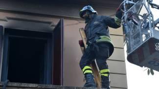 Le foto e il video dell'incendio in via De Amicis, marito e moglie intossicati