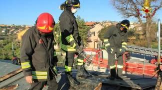 Le foto e il video dell'incendio al tetto, paura a Castelfidardo
