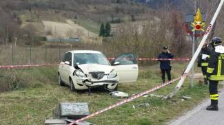 Una ragazza abbatte il lampione con l'auto, guarda le foto