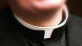 Vestito da prete scatena una rissa alla festa di Carnevale, arrestato
