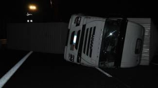 Camion di pneumatici si ribalta in autostrada