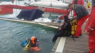 Barca affonda al porto, vigili del fuoco a Marina Dorica