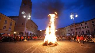 Il Pupo in fiamme spegne il Carnevale, guarda le foto