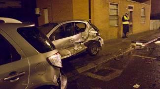Auto si schianta sulle vetture in sosta