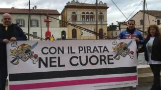 Nemmeno il maltempo ferma i tifosi nel ricordo di Marco Pantani