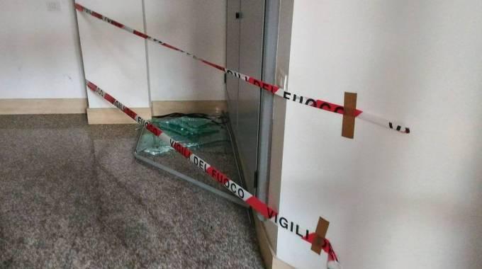 Distrutta la vetrata di un palazzo con un palo della for Piano vetrata