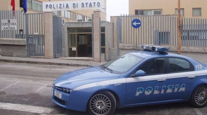 Polizia una volante della questura di ancona for Questura di bologna permesso di soggiorno