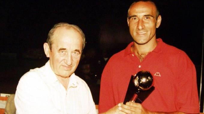 Giuseppe Debbi (a sinistra) durante una premiazione del concorso Super 11 del Torneo della Montagna