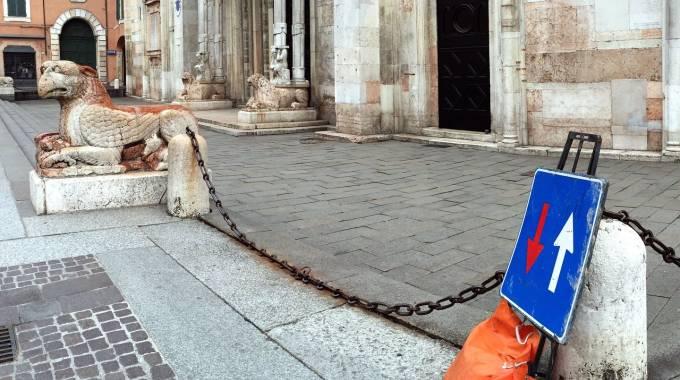 Lavori in corso vicino ai leoni a Ferrara