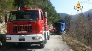 Cede la strada, camion in bilico sul burrone: soccorso dai pompieri